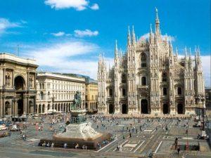 420px-Duomo_de_Milano_-_Foto_entorno_2